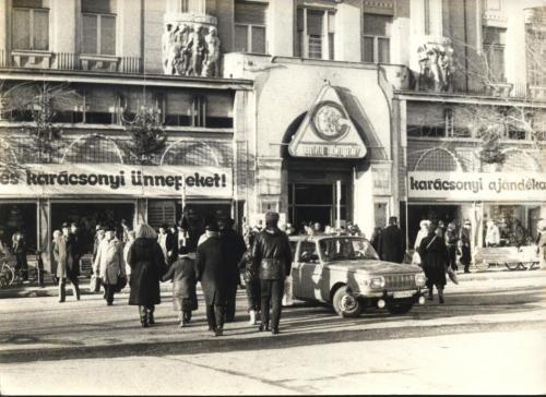 Karácsonyi vásár a nyolcvanas években (Forrás: retronom.hu / Feribá)