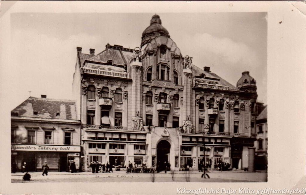 Hangsúlyos szecessziós lakóépület földszintjén egykor a Szombathelyi Takarékpénztár, majd hosszú évekig a Centrum Áruház volt. A képeslap kiadója: Dukesz Sabaria papíráruház (1920)