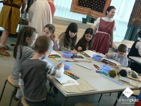 Ruhaanyagokból készítettek különböző tárgyakat a gyerekek a Kósi Anita (a képen) és Nagy Rebeka vezette gyerekfoglalkozásokon