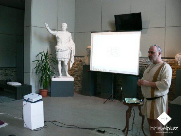 Sosztarits Ottó a karcolt betűk megértését segítette az érdeklődők számára