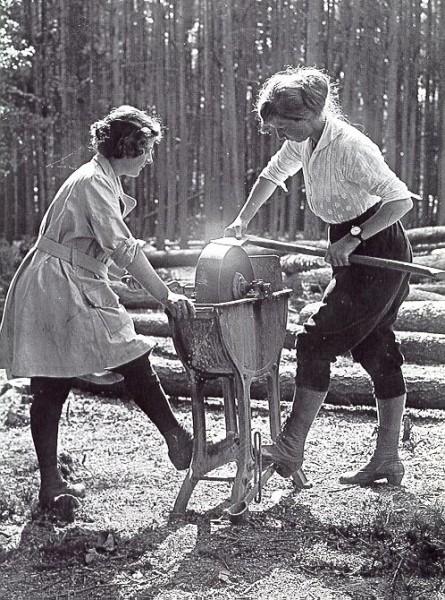 Női erdészek (1918, Nagy-Britannia) Forrás: www.pinterest.com