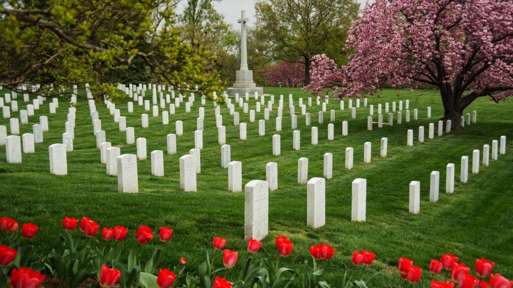 Arlington Nemzeti Temető / USA, Arlington 200.000 hősi halott mellett John F. és Jackie Kennedy nyughelye a hatalmas sírkert. Itt található Mary Randolph, Pocahontas leszármazottjának sírja mellett a Challenger-katasztrófa áldozatainak emlékhelye is.