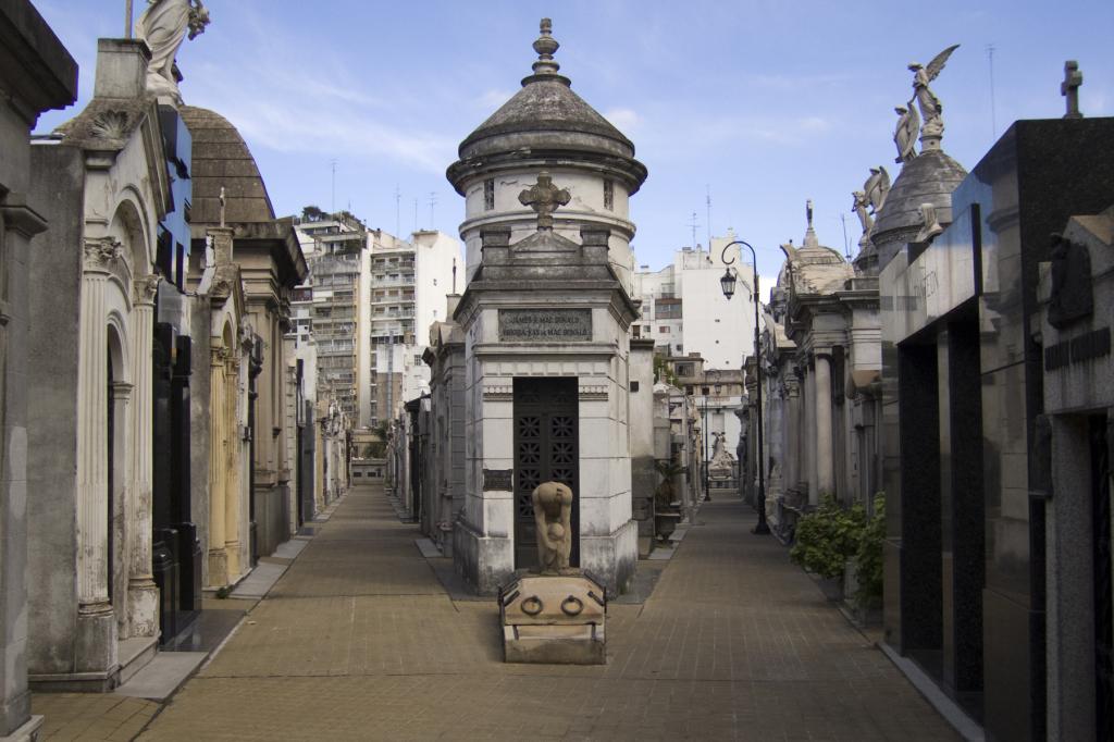 La Recoleta / Argentína, Buenos Aires A temető 1822-ben létesült, napjainkban kisváros benyomását kelti szűk utcáival, hatalmas síremlékeivel. Leggyakrabban látogatott helye Eva Peron (Evita) sírhelye. (Forrás: taringa.net)