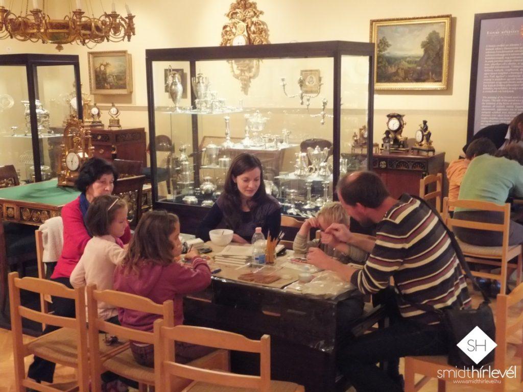 Gyerekfoglalkozások a Smidt Múzeum empire termében (Fotó: Smidt Hírlevél)