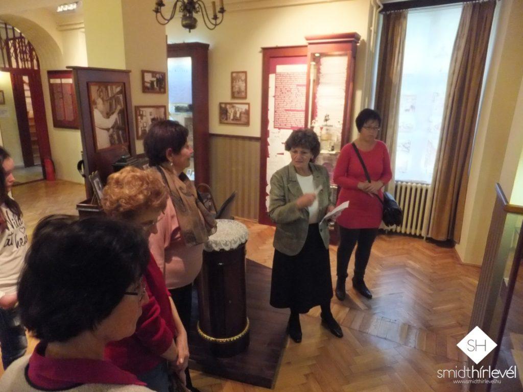 Dr. Smidt Erzsébet, korábbi múzeumigazgató, a Smidt Múzeumért Alapítvány elnöke tart tárlatvezetést (Fotó: Smidt Hírlevél)
