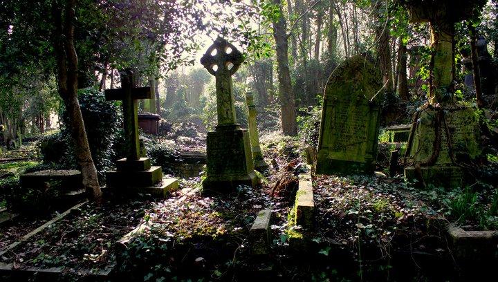 Highgate / Anglia, London 1839 óta használt viktoriánus sírkert Londonban. Látogatói állítják, hogy kísértetjárta az egyébként olyan hírességek nyughelye, mint Karl Marx, Jean Simmons és George Eliot. (Forrás: mrsasi.weebly.com)