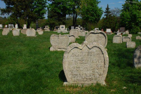 Balatonudvari Magyarország egyik legszebb, legmisztikusabb temetője. Az 1770-80-as évektől használták temetkezési helyként, a többnyire szív alakú sírkövek az 1800-as évek első feléből származnak. (Forrás: karpat-medence.hu)