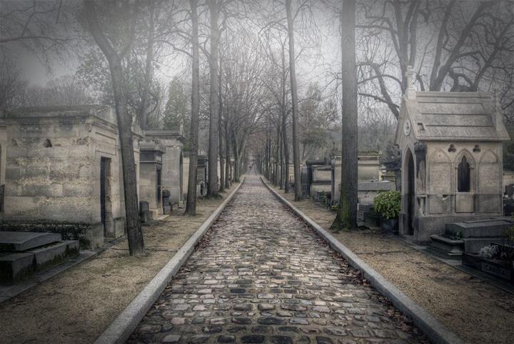 Pere-Lachaise / Franciaország, Párizs Edith Piaf, Jim Morrison, Balzac, Maria Callas, Oscar Wilde, Apollinaire...csak néhány híresség a Pere-Lachaise hírességei közül. Párizs hatalmas temetője 1804 óta működik, mintegy 44 hektáron terül el. (Forrás: mysendoff.com)