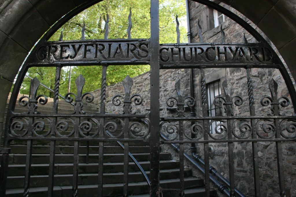 Greyfriars Temető / Skócia, Edinburgh A XII. század óta az itt elhunytak végső nyughelye. A világon a legtöbb paranormális jelenséget itt jelentik a kísértettörténetek hívei. A sírkertben számos híres skót tudós és az arisztokrácia legjelesebb tagjai pihennek. (Forrás: travelingwithkrushworth.wordpress.com)