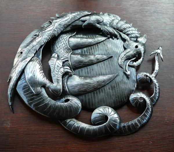 A Báthoryak címere - A legenda szerint a család őse, Báthori Vid legyőzött egy sárkányt. (Forrás: termalapartman.eu)