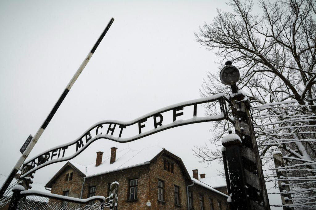 """Oswiecim, 2015. január 26. Az egykori auschwitzi koncentrációs tábor bejárata az """"Arbeit macht frei"""" felirattal a lengyelországi Oswiecimben 2015. január 25-én. A náci Németország 1940-ben eredetileg lengyel foglyok számára állította fel az auschwitzi (Oswiecim) koncentrációs tábort. A szomszédos birkenaui (Brzezinka) láger két évvel késõbb jött létre, ez lett a zsidók megsemmisítésének fõ helyszíne. A koncentrációs tábort 70 éve, 1945. január 27-én a szovjet Vörös Hadsereg katonái szabadították fel. MTI Fotó: Czeglédi Zsolt"""