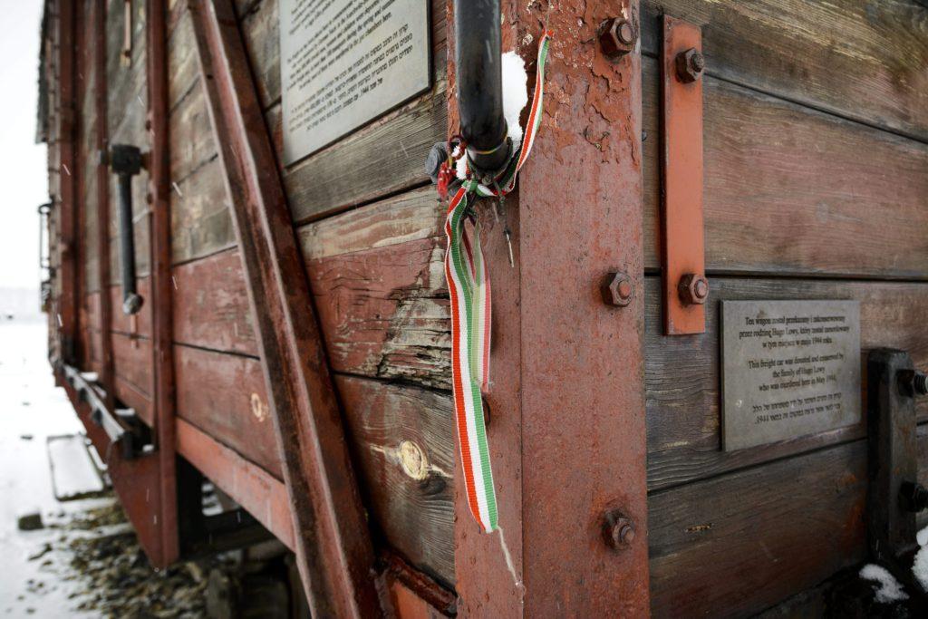Brzezinka, 2015. január 26. Magyar nemzetiszínû szalag egy vasúti kocsin a birkenaui megsemmisítõ táborban, a lengyelországi Brzezinkában 2015. január 25-én. A náci Németország 1940-ben eredetileg lengyel foglyok számára állította fel az auschwitzi (Oswiecim) koncentrációs tábort. A szomszédos birkenaui (Brzezinka) láger két évvel késõbb jött létre, ez lett a zsidók megsemmisítésének fõ helyszíne. A koncentrációs tábort 70 éve, 1945. január 27-én a szovjet Vörös Hadsereg katonái szabadították fel. MTI Fotó: Czeglédi Zsolt