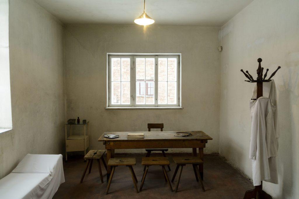 Oswiecim, 2015. január 26. Orvosi szoba, ahol az auschwitzi koncentrációs tábor mûködése alatt injekcióval végezték ki az embereket a lengyelországi Oswiecimben 2015. január 25-én. Az auschwitzi koncentrációs tábor épületei a lengyelországi Oswiecimben 2015. január 25-én. A náci Németország 1940-ben eredetileg lengyel foglyok számára állította fel az auschwitzi (Oswiecim) koncentrációs tábort. A szomszédos birkenaui (Brzezinka) láger két évvel késõbb jött létre, ez lett a zsidók megsemmisítésének fõ helyszíne. A koncentrációs tábort 70 éve, 1945. január 27-én a szovjet Vörös Hadsereg katonái szabadították fel. MTI Fotó: Czeglédi Zsolt