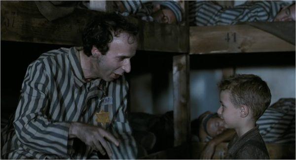 Az élet szép Olasz film Roberto Benigni rendezésében apáról és fiáról a koncentrációs táborban. (Fotó: winwallpapers.net)