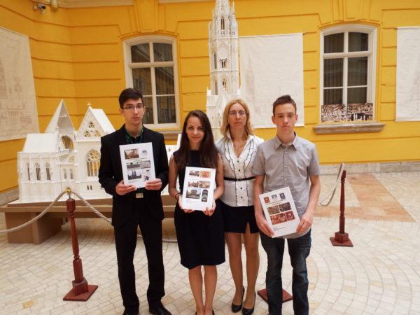 Balról jobbra: Simon Dániel, Ignéczi Dóra díjazottak, Bődi Lívia, a Szombathelyi Szépítő Egyesület vezetőségi tagja, az ifjúsági tagozat vezetője, Vigh Kornél díjazott  (Fotó: Szombathelyi Szépítő Egyesület)