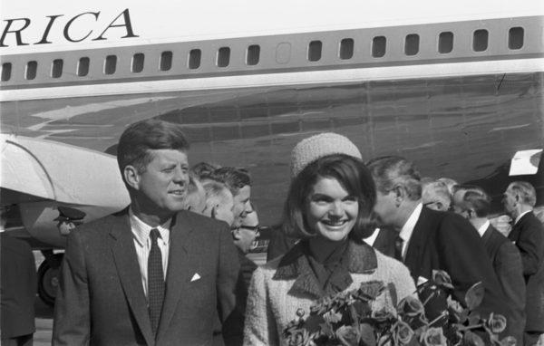 Az elnöki pár Dallasba érkezik 1963-ban, a merénylet napján. (Fotó: www.jfktribute.com)