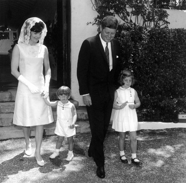 Jackie, John, John Jr. és Caroline (Fotó: www.catholicreview.org)