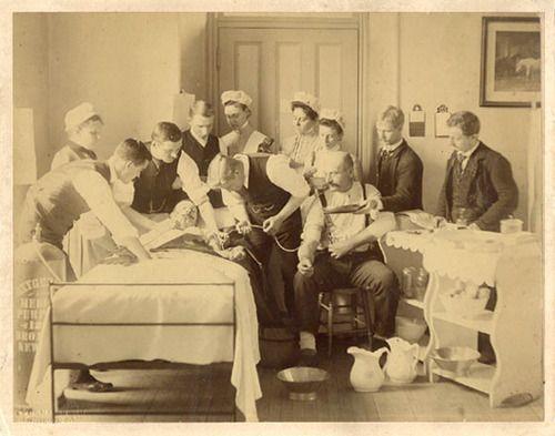 Képünk illusztráció. Vérátömlesztés az 1870-es években. Bellevue Kórház. (Forrás: Pinterest/ Hayley Walsh)