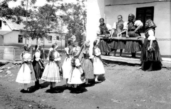 Maconka, pünkösdölés, 1931. (Forrás: batonyterenye.jobbik.hu)