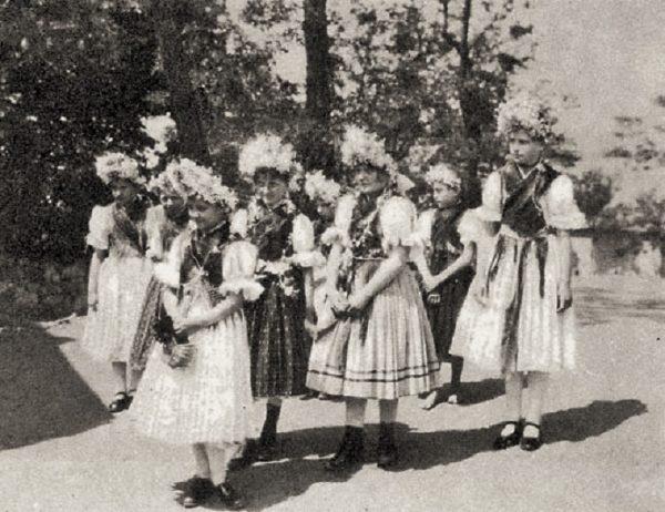 Pünkösdölő lányok (Maconka, Nógrád m., 1930-as évek) (Forrás: Magyar Néprajzi Lexikon, mek.oszk.hu)