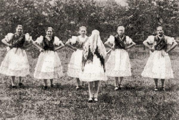 Pünkösdi királynéjárás (Vitnyéd, Győr-Sopron m., 1938) (Forrás: Magyar Néprajzi Lexikon, mek.oszk.hu)