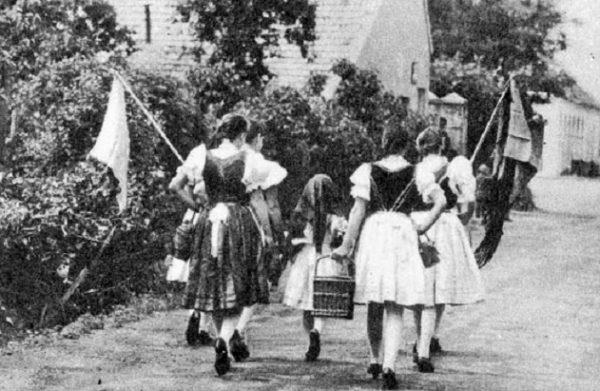 Pünkösdi királynéjárás menete a község utcáján (Vitnyéd, Győr-Sopron m., 1970) (Forrás: Magyar Néprajzi Lexikon, mek.oszk.hu)