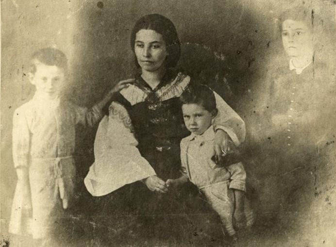 Szendrey Júlia gyermekeivel (Forrás: cultura.hu)