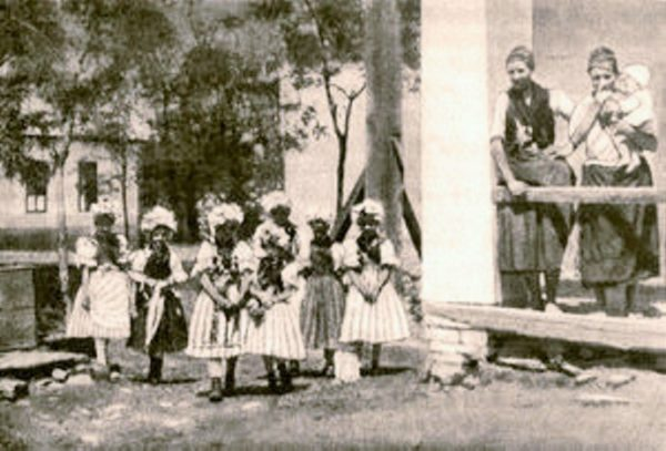 Pünkösdölés Maconkán (Forrás: batonyterenye.jobbik.net)