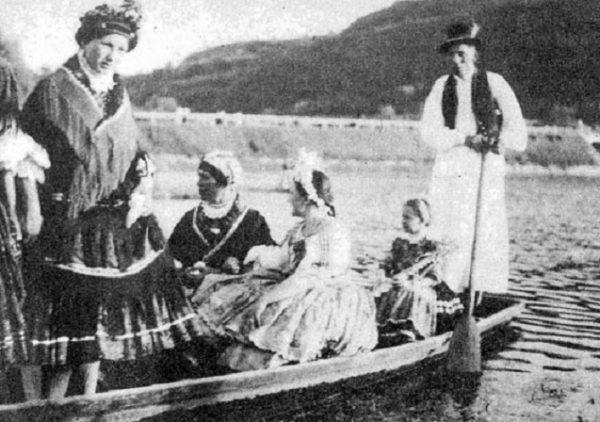 Pünkösdi csónakázás (Báta, Tolna m., 1930-as évek) (Forrás: Magyar Néprajzi Lexikon, mek.oszk.hu)