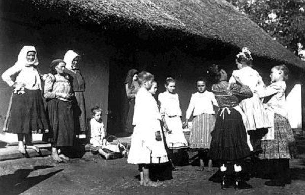 Pünkösdi királynéjárás Horvátkút 1927 (Forrás: vendegvaro-marcali.hu)
