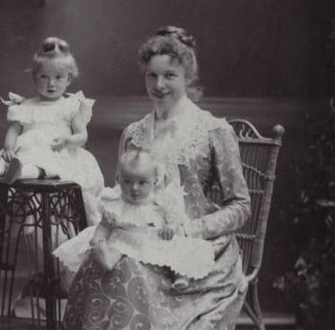 Mária Valéria főhercegnő két gyermekével (Forrás: Pinterest - Anastasia Jackson)