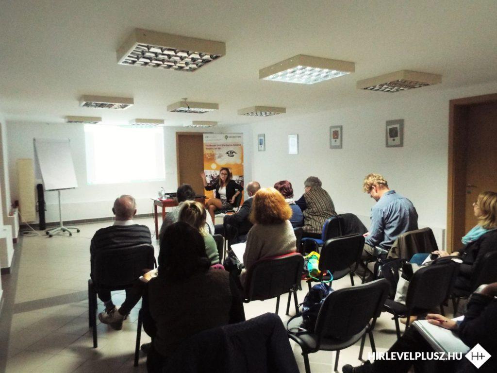 dr. Takáts Eszter tájékoztatja a résztvevő civileket a létesítő okiratban szükséges módosításokról