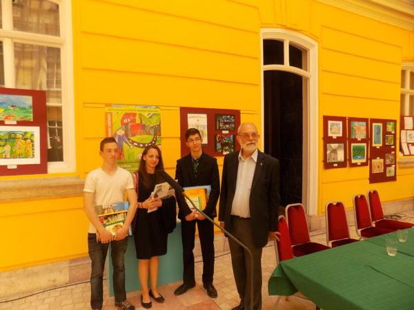 Balról jobbra: Vigh Kornél, Ignéczi Dóra, Simon Dániel díjazottak; Ráday Mihály, a Hungaria Nostra elnöke (Fotó: Szombathelyi Szépítő Egyesület)