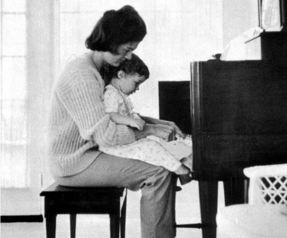 Jackie Kennedy és John Jr. (Forrás: Pinterest - Mindee Cherrington)