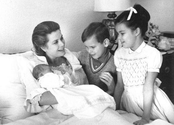 Grace Kelly és gyermekei (1965) (Forrás: Pinterest - Sheri Summers)