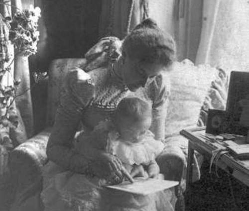 Alexandra cárné és egyik lánya, Olga (Forrás: tumblr.com)